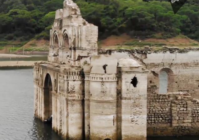 El nivel del agua baja… y deja al descubierto un convento barroco sumergido en México