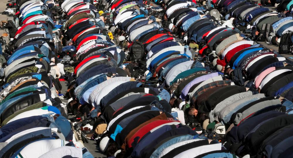 Los musulmanes rezan durante el Eid al Fitr