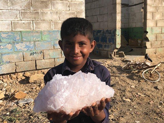 Un niño lleva sal rosa, extraída de las salinas de Cumaraguas, en el Estado Falcón, Venezuela