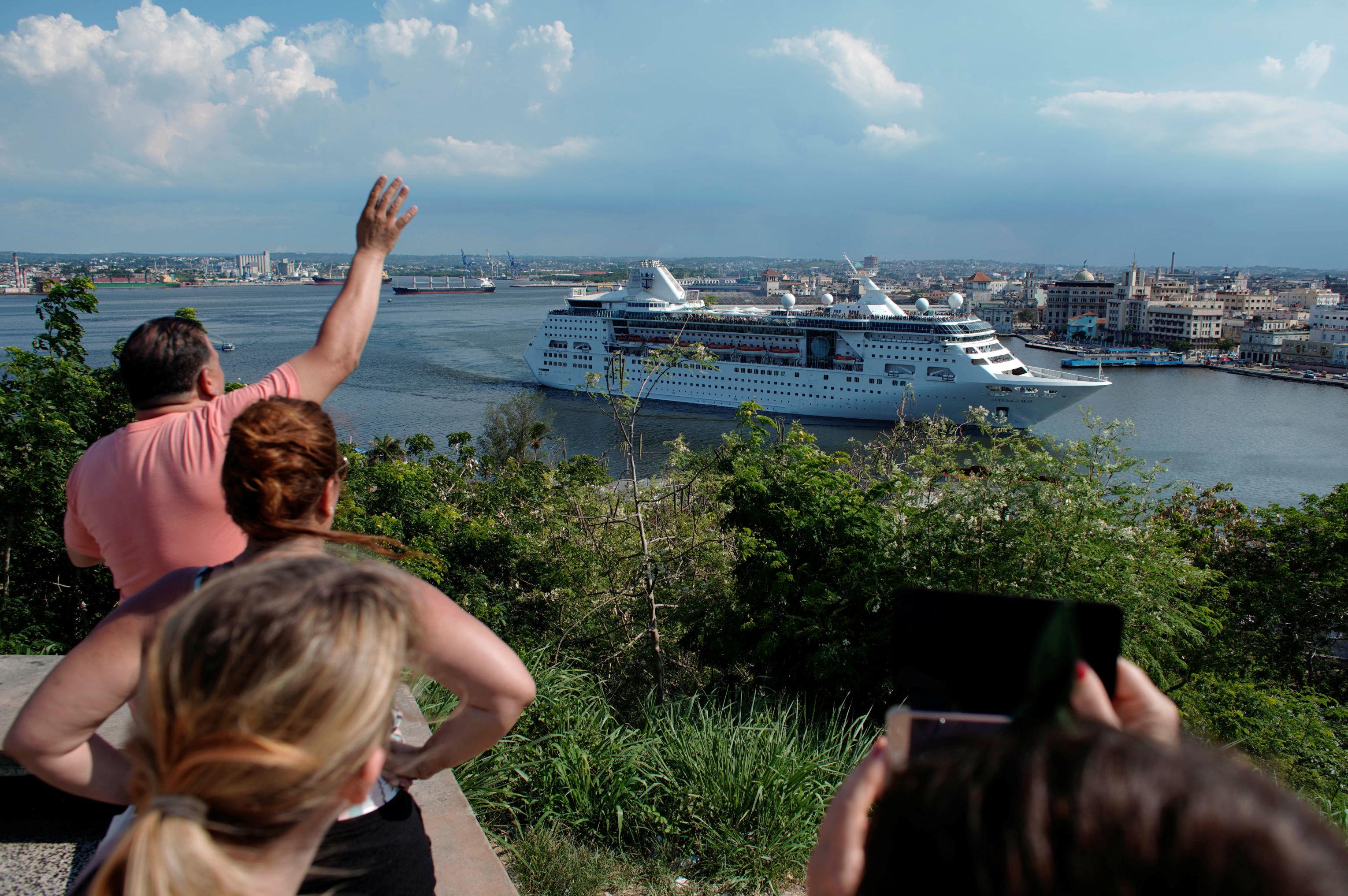 Los cubanos se despiden con el crucero Empress of the Seas