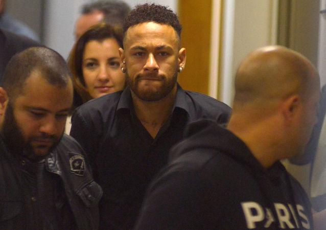 El futbolista brasileño Neymar deja la comisaría de Policía luego de testificar en Río de Janeiro