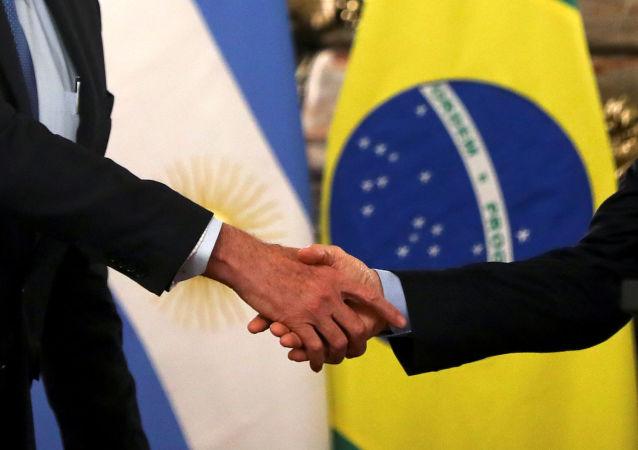 Apretón de manos entre el presiden te de Argentina, Mauricio Macri, y el presidente de Brasil, Jair Bolsonaro