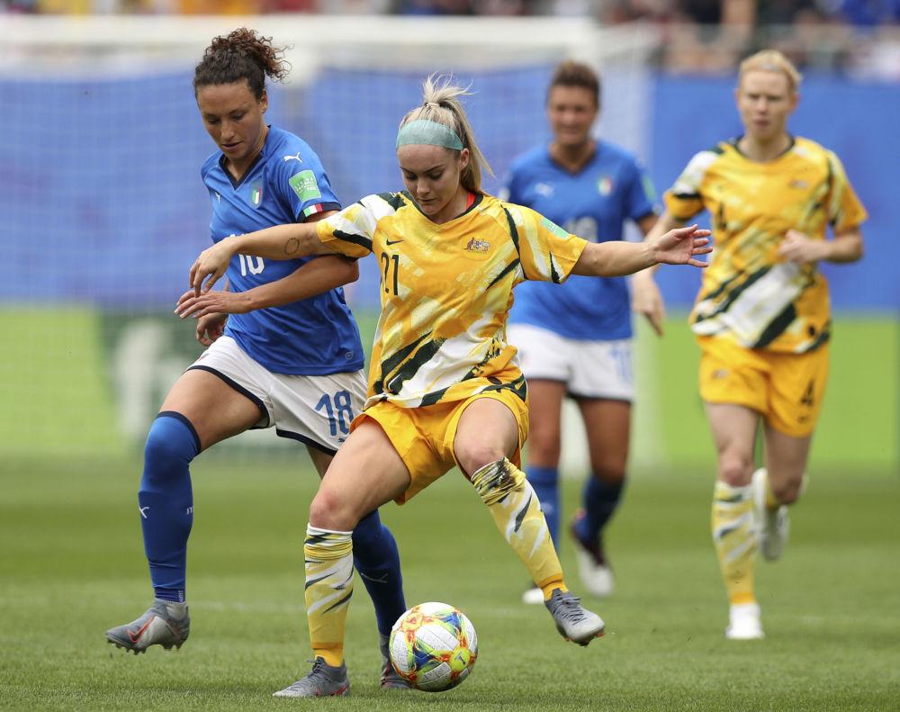 La italiana Ilaria Mauro se enfrenta a la australiana Ellie Carpenter durante el Mundial 2019