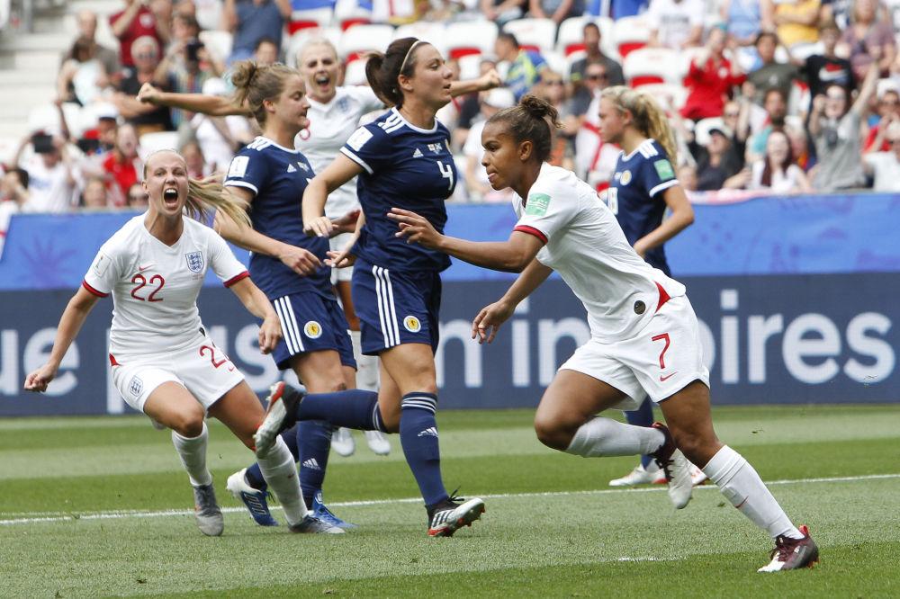 La inglesa Nikita Parris celebra su gol contra la selección escocesa en el Mundial 2019