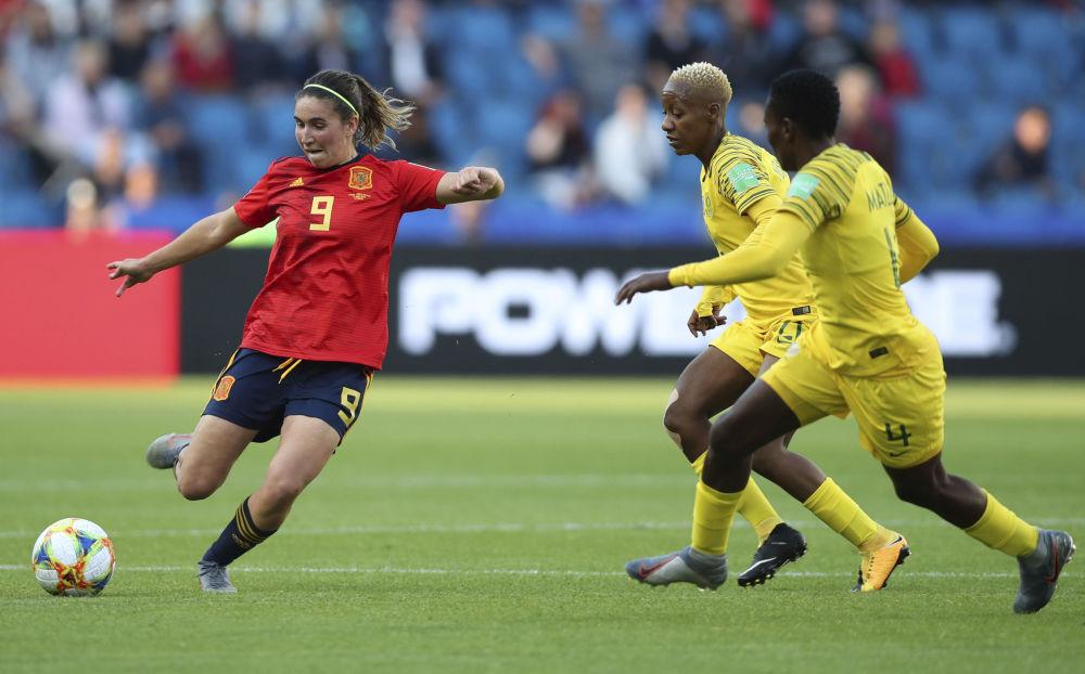 La española Mariona Caldentey se enfrenta a la sudafricana Noko Matlou en el Mundial 2019