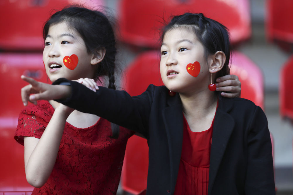 Hinchas apoyan a la selección china en el partido contra Alemania del Mundial Femenino de Fútbol 2019