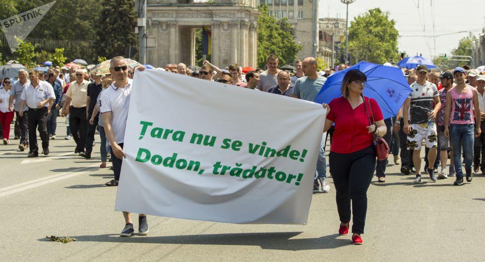 Manifestantes a favor del Partido Demócrata de Moldavia