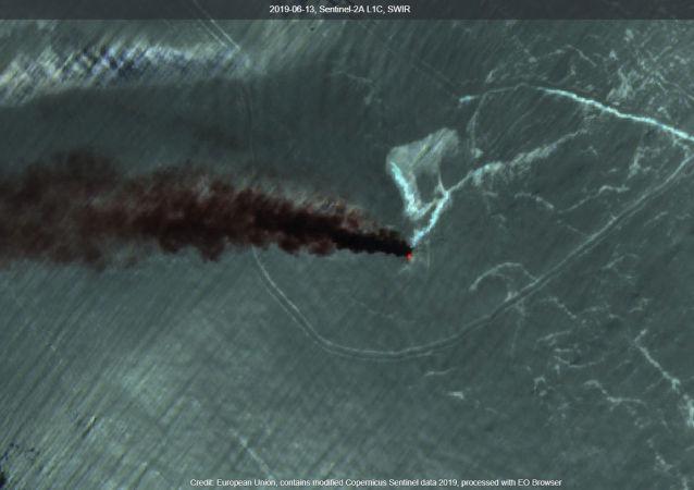 Imagen satelital del incendio de los barcos en Omán