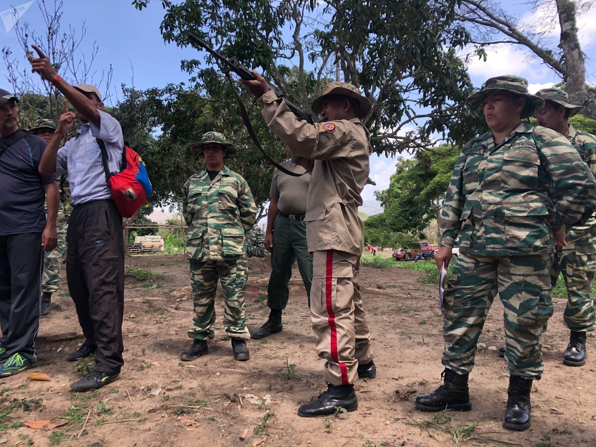 Los civiles que reciben entrenamiento en el Método Táctico de Resistencia Revolucionaria aprenden a armar y disparar misiles FAL