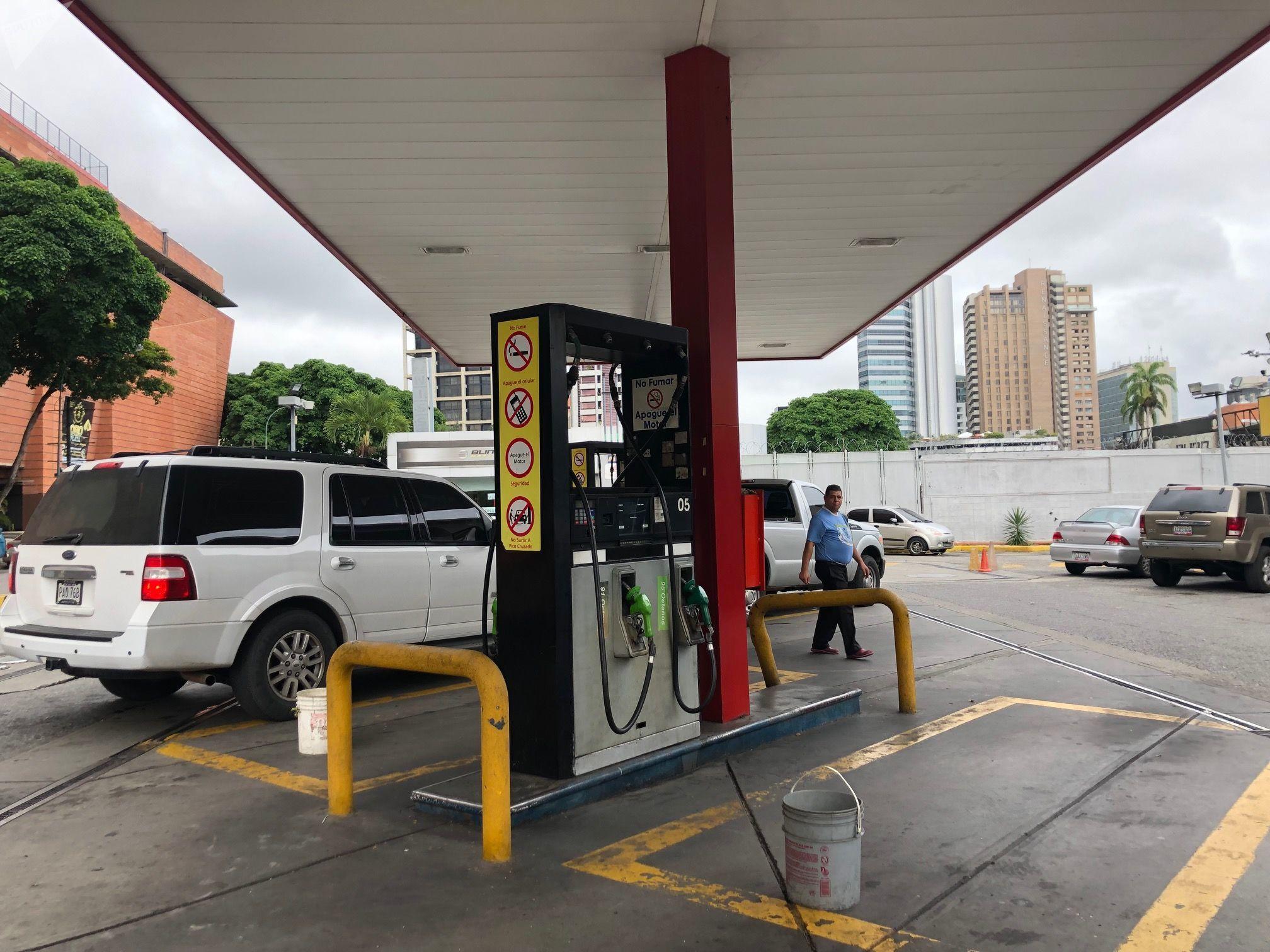El precio de la gasolina en Venezuela es simbólico, las propinas a los trabajadores de las estaciones de servicio suelen ser mayores al pago del combustible
