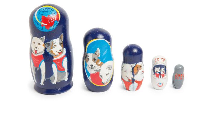 Juego de muñecas matrioshka con los perros cosmonautas rusos