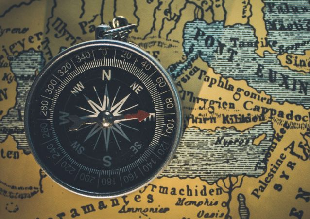 Un compás sobre un mapa (imagen referencial)