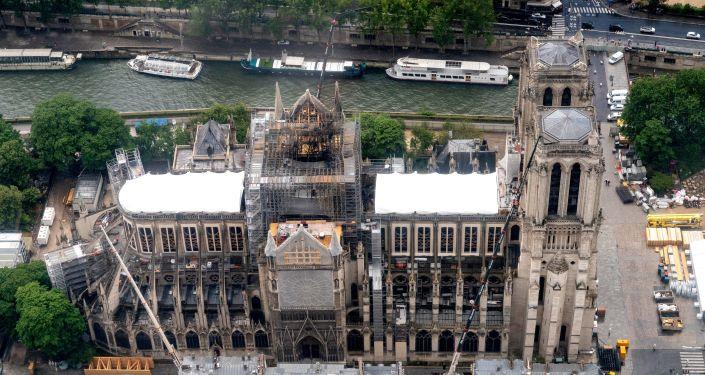 La catedral de Notre Dame de París destrozada por el fuego