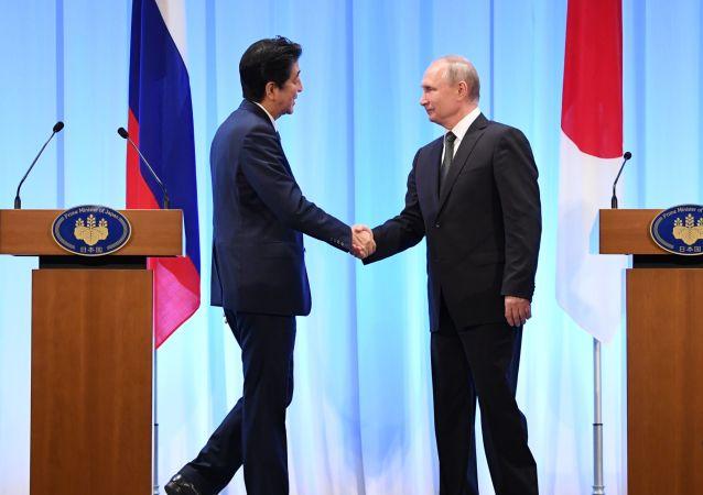 El primer ministro de Japón, Shinzo Abe junto al presidente de Rusia, Vladímir Putin  (archivo)