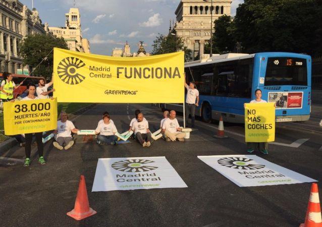 Varios activistas de Greenpeace cortaron el acceso al centro de Madrid