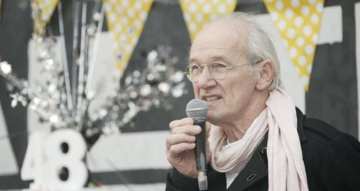 El padre de Assange se une a las celebraciones por el cumpleaños de su hijo
