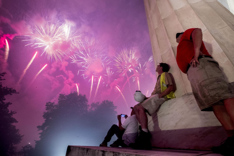 Fuegos artificiales vistos desde el monumento a Lincoln para el Día de la Independencia