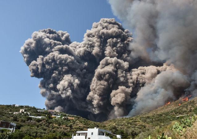 Una pesadilla hecha realidad: violenta erupción del volcán Estrómboli