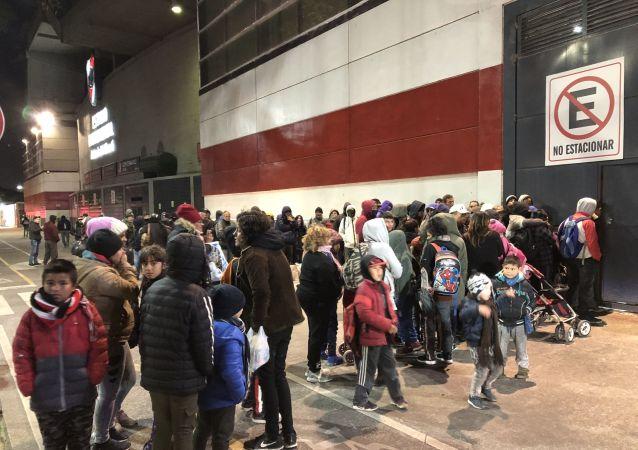 Familias en situación de calle en Buenos Aires esperan donaciones en las afueras del Estadio Monumental de River Plate