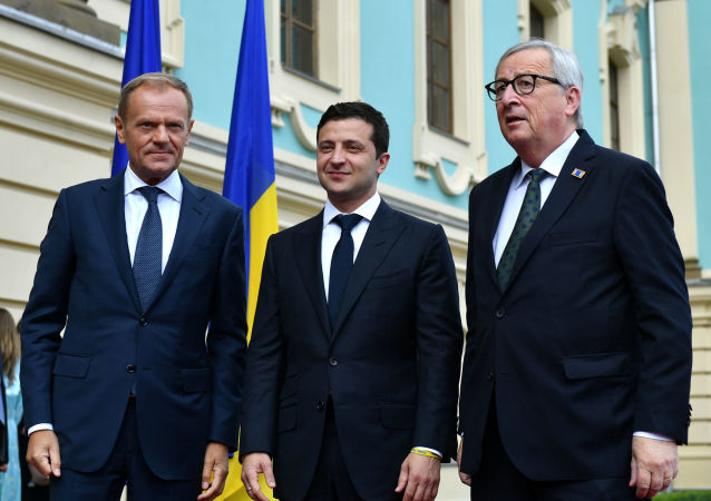 El presidente saliente del Consejo Europeo, Donald Tusk, el líder ucraniano, Volodímir Zelenski, y el presidente de la Comisión Europea, Jean-Claude Juncker