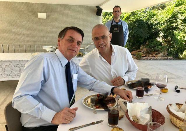 El presidente de Brasil, Jair Bolsonaro, y Yossi Shelley, el embajador de Israel en el país suramericano