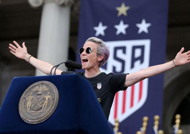 Megan Rapinoe, capitana de la selección femenina de fútbol de EEUU, dando un discurso en Nueva York