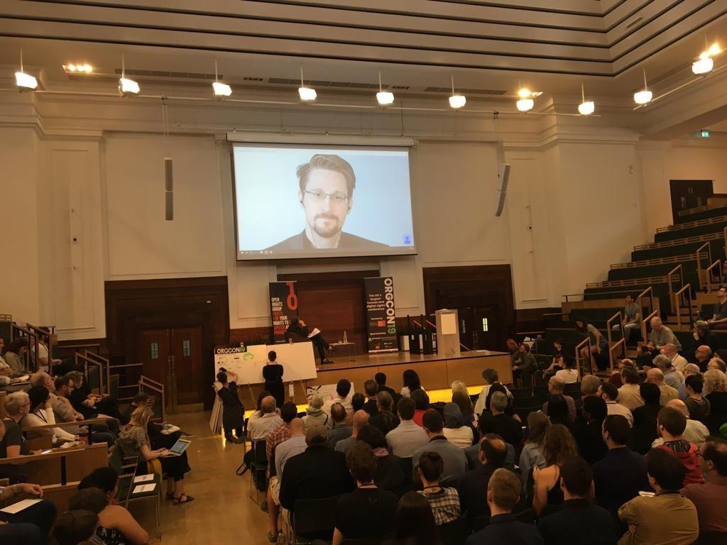 Los participantes de la conferencia sobre derechos digitales escuchan a Snowden en Londres, Reino Unido