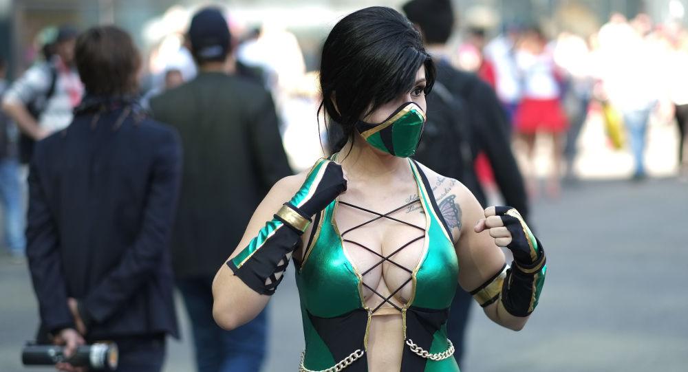 Una joven vestida como Jade, personaje de Mortal Kombat