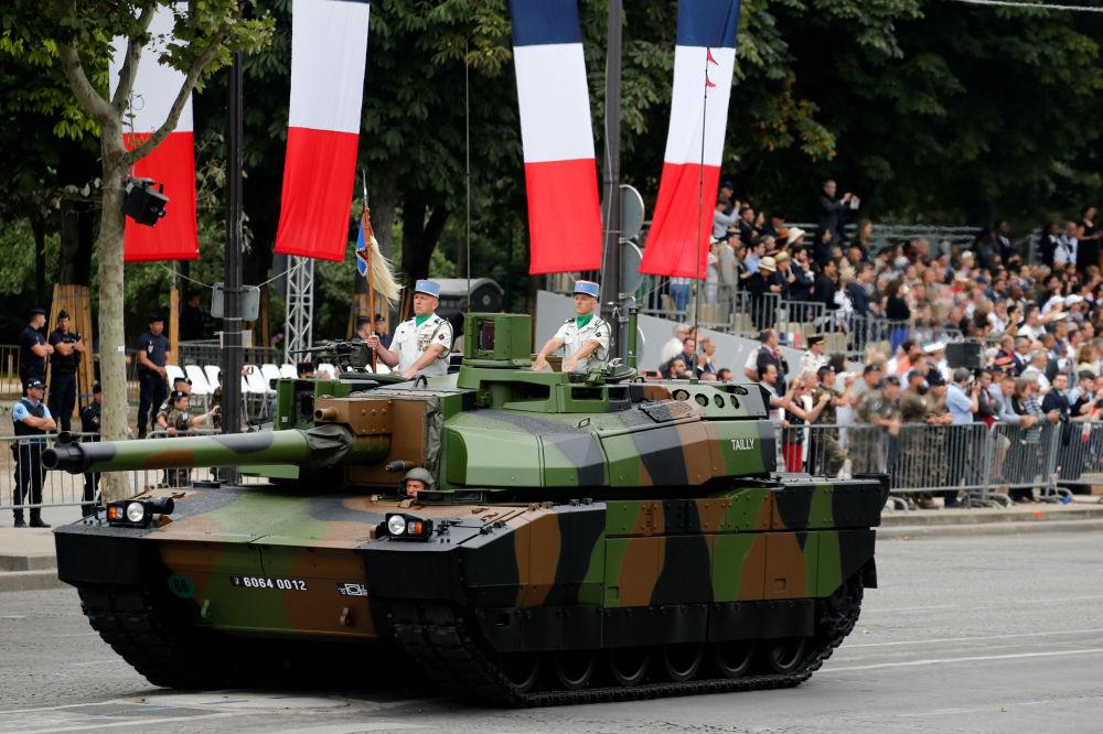 El tanque Leclerc en el desfile militar en los Campos Elíseos de París.