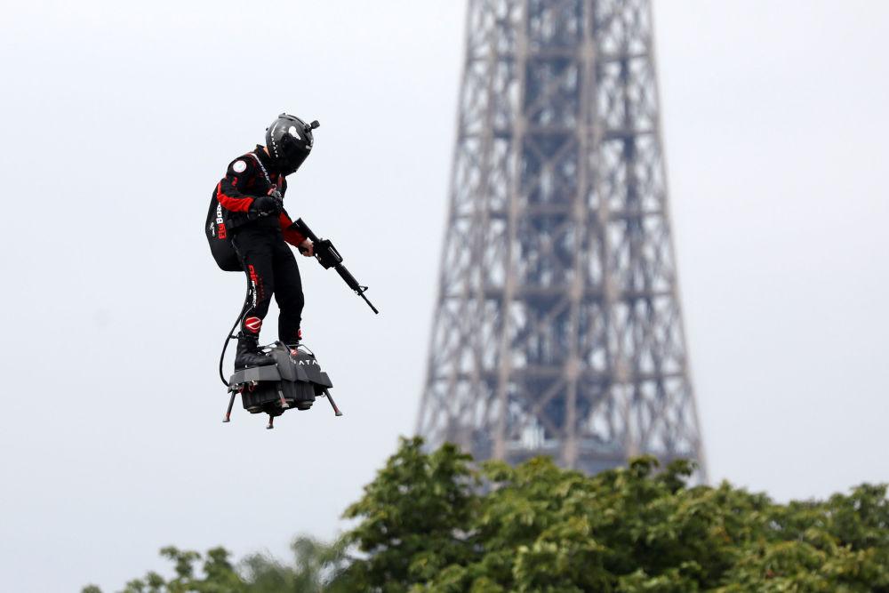 El campeón del mundo francés de motos de agua Franky Zapata en su Flyboard, una tabla aerodeslizadora, durante el desfile militar en París.