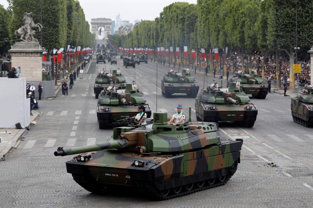 Tanques Leclerc en los Campos Elíseos de París durante el desfile militar.