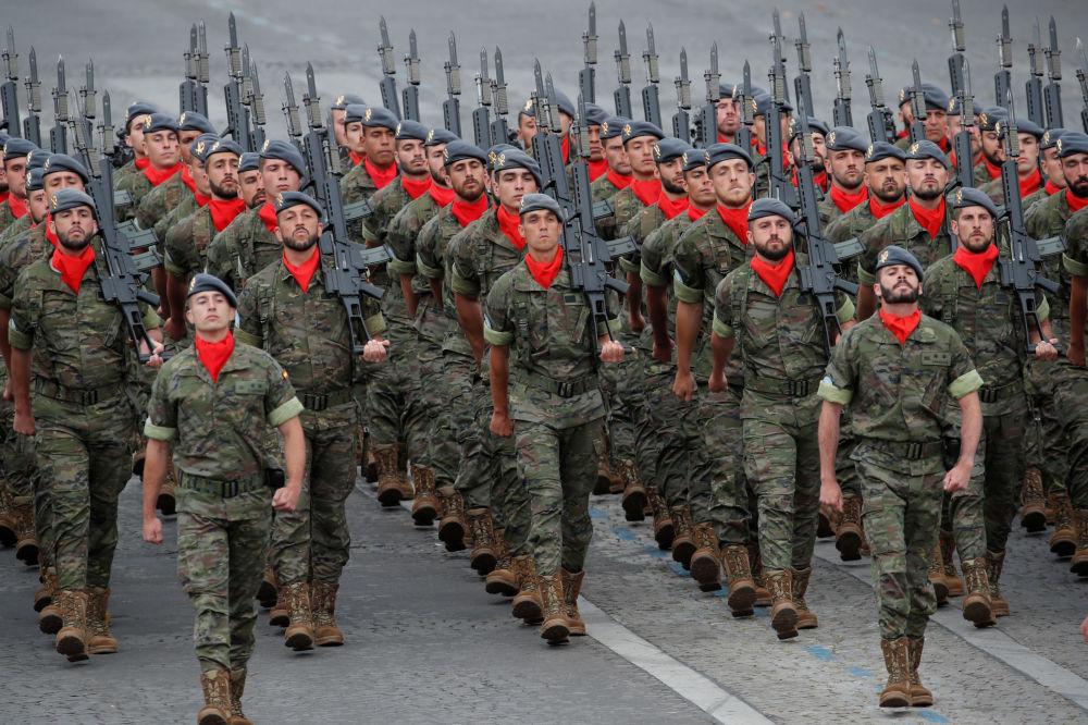 Participantes del desfile militar en los Campos Elíseos de París.
