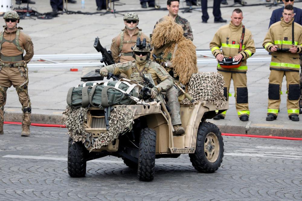 Además de los franceses, el desfile contó con la presencia de militares de nueve países de la UE que participan en la Iniciativa de Disuasión Europea.