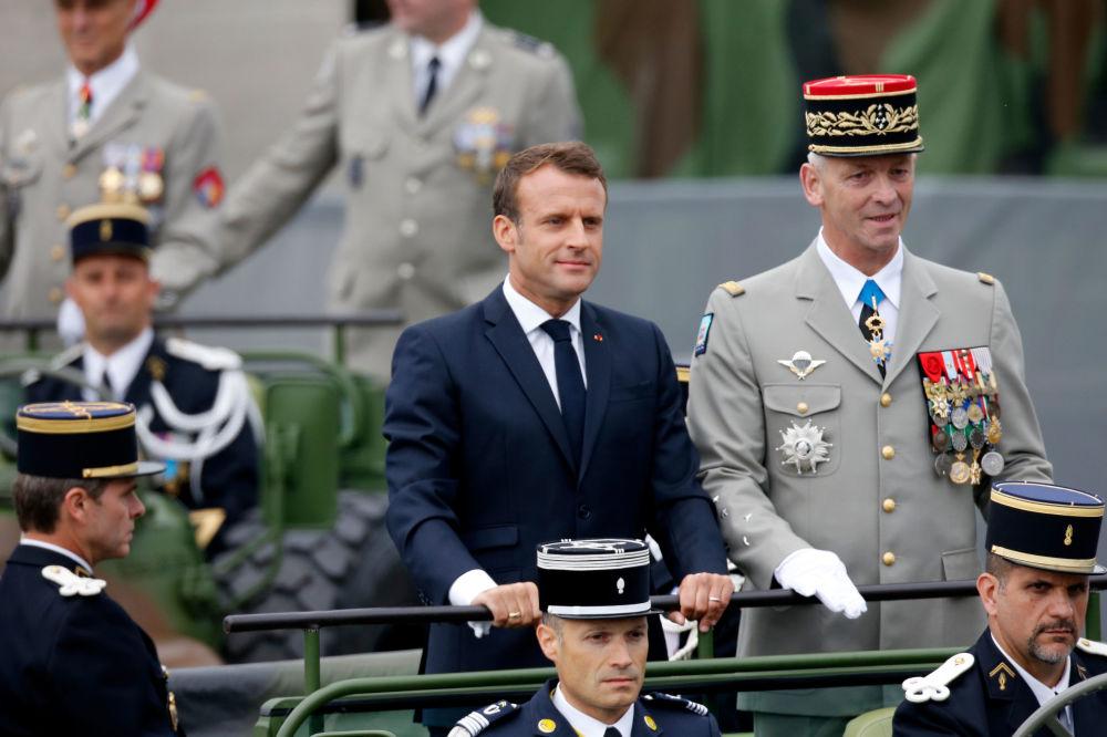El presidente de Francia, Emmanuel Macron, encabeza el desfile.