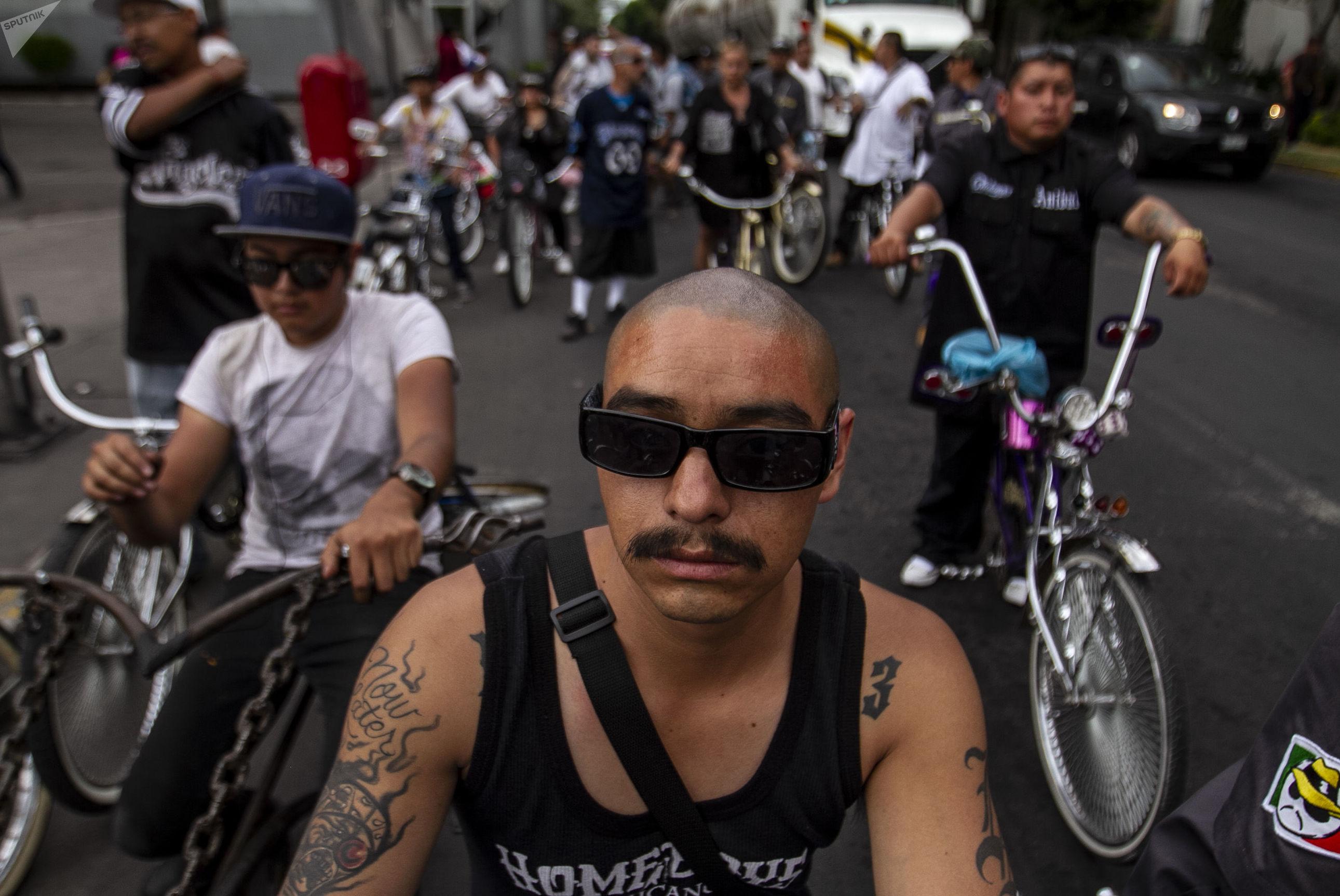 """Miembros del club """"Chilangos Low Bike"""" durante una roda en la Ciudad de México"""
