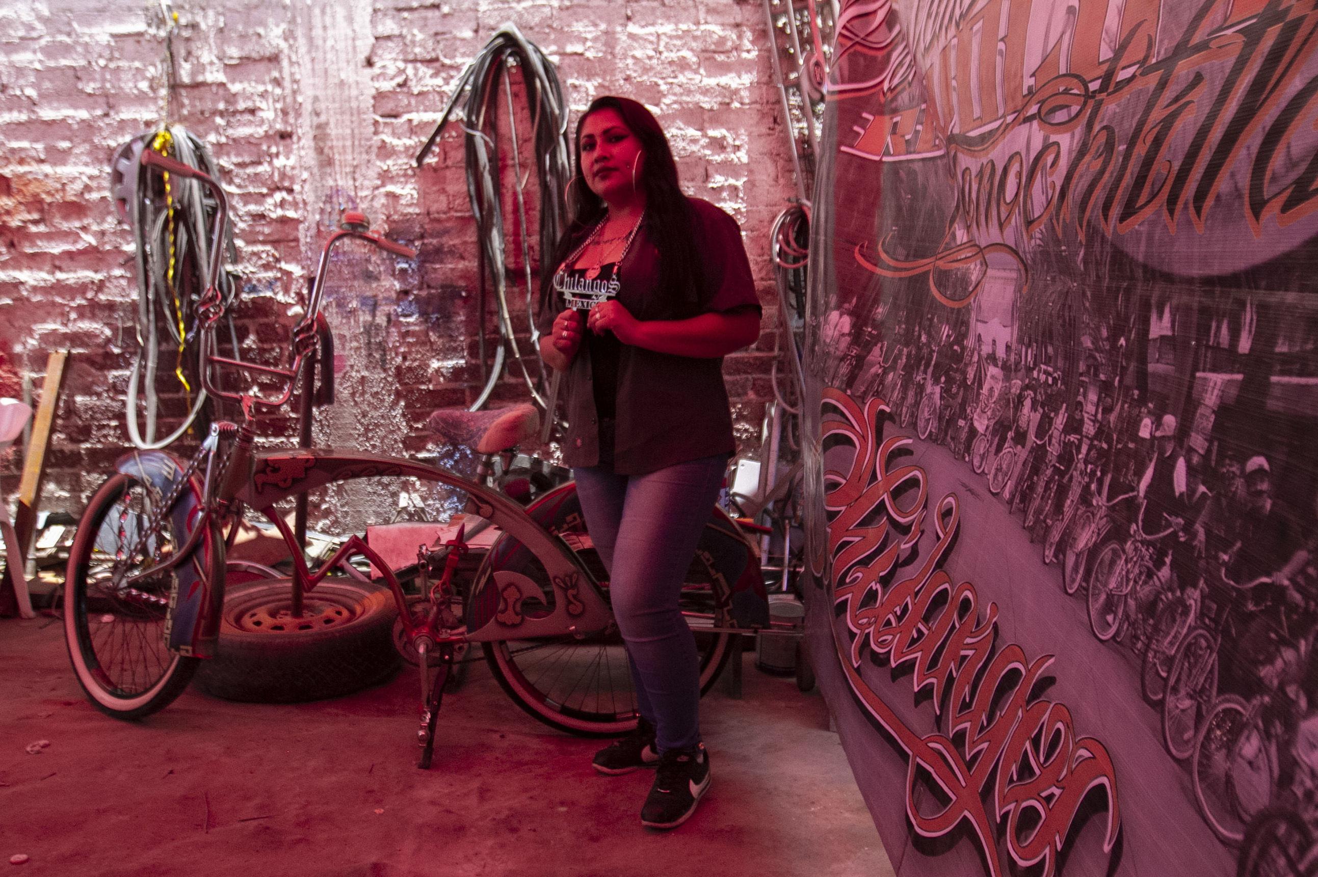 Devanny, administradora del club 'Chiangos Low Bike' posa para foto