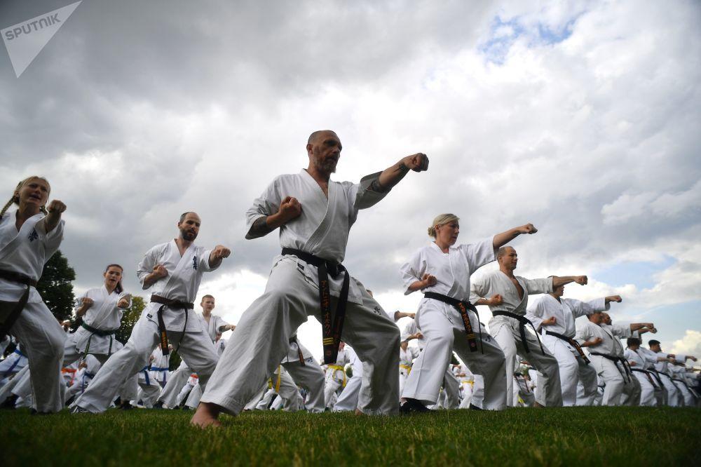 Una lección grupal durante el festival de artes marciales japonesas Budo.