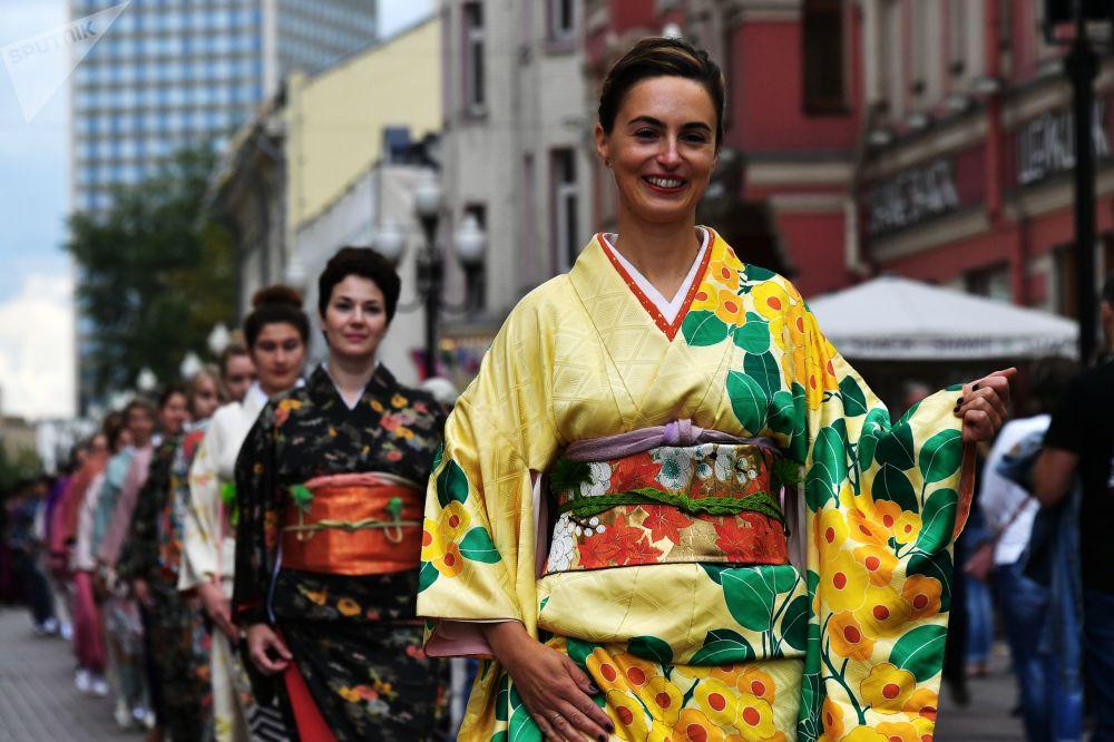Participantes de la procesión teatral del festival de artes marciales japonesas Budo.