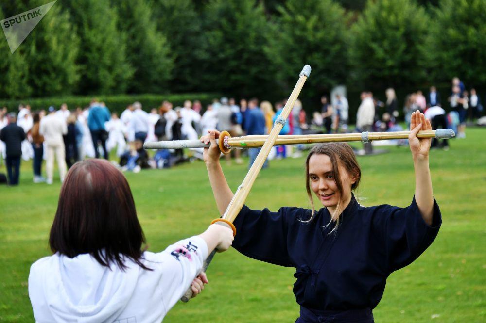 Durante dos días se llevaron a cabo en el parque Gorki clases magistrales, donde los participantes pudieron practicar artes marciales de Japón como el iaido y el kendo (esgrima con espadas de bambú), el aikido, el karate y muchos otros.
