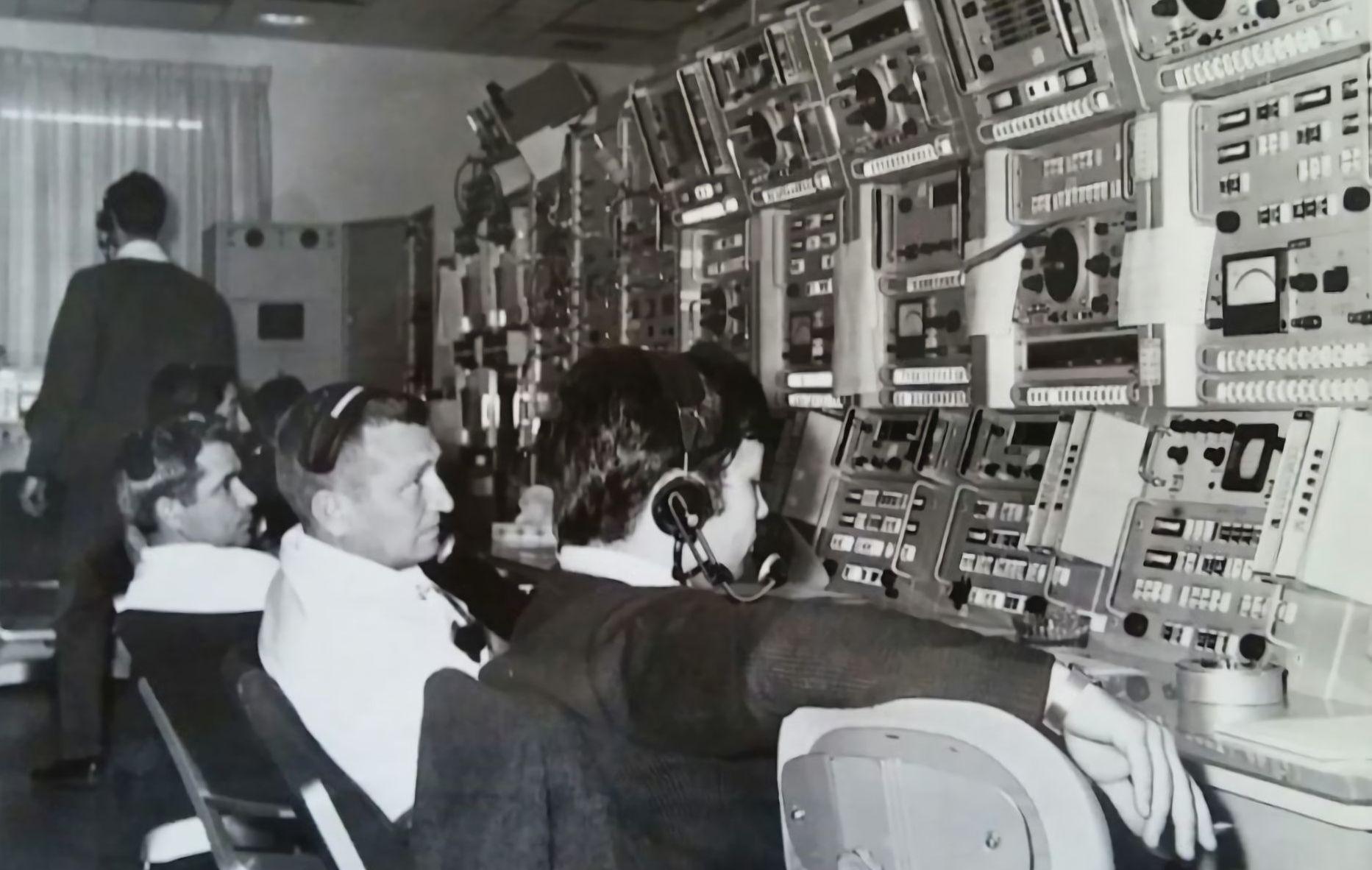 Año 1968. Estación de seguimiento espacial de Fresnedillas. Carlos González sentado en primer lugar