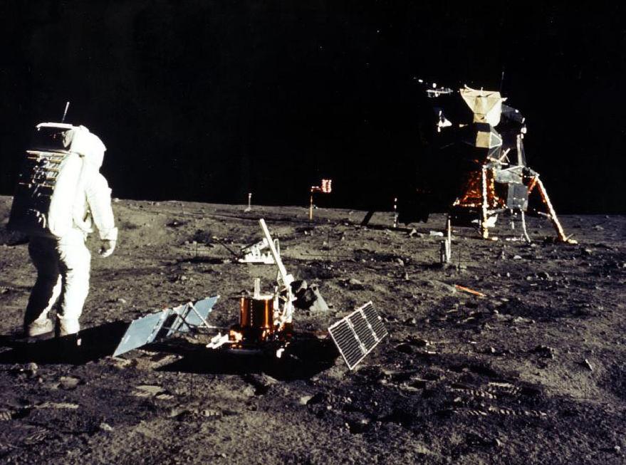 Astronautas del Apolo 11 en la Luna