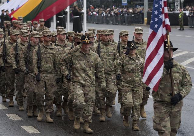 Tropas de EEUU marchan en un desfile militar en Lituania