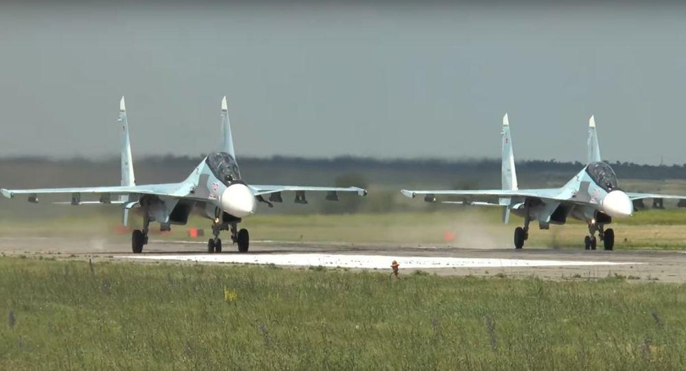 Dos cazas Su-30MK a punto de despegar