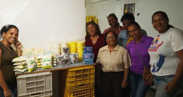 Comuneras venezolanas que trabajan en la sede del Sistema de Iniciativa Económica Socialista Comunal de Caracas, Venezuela