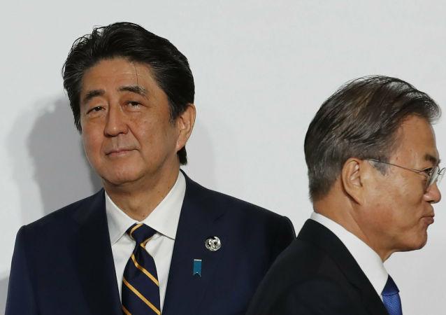 El primer ministro de Japón, Shinzo Abe, y el presidente de Corea del Sur, Moon Jae-in (archivo)