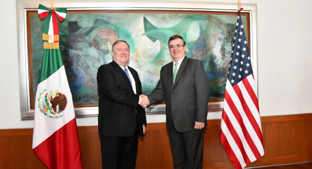 El secretario de Estado de EEUU, Mike Pompeo, junto al canciller mexicano Marcelo Ebrard