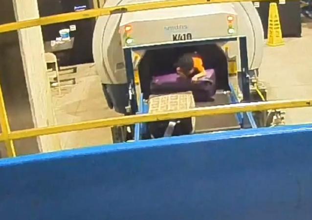 Una travesura peligrosa: una cinta de equipaje se 'traga' a un niño