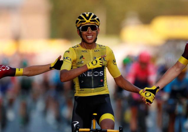 El ciclista colombiano Egan Bernal vence en el Tour de Francia, el 28 de julio de 2019