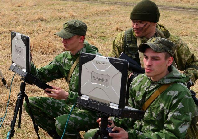 Militares con unas computadoras (imagen referencial)