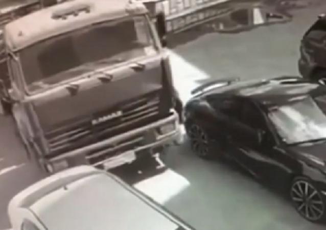 Un 'superman' ruso logra detener un camión en movimiento con sus manos (vídeo)